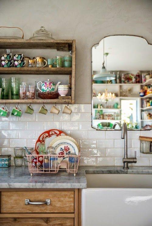 Azulejos y espejo vintage para adornar la cocina