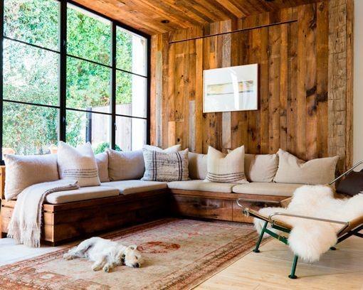 Salón rústico natural y acogedor con paredes de madera