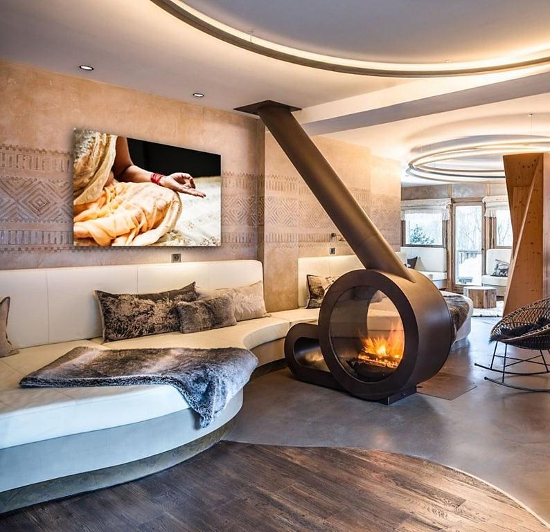 salon minimalista con chimenea elegante