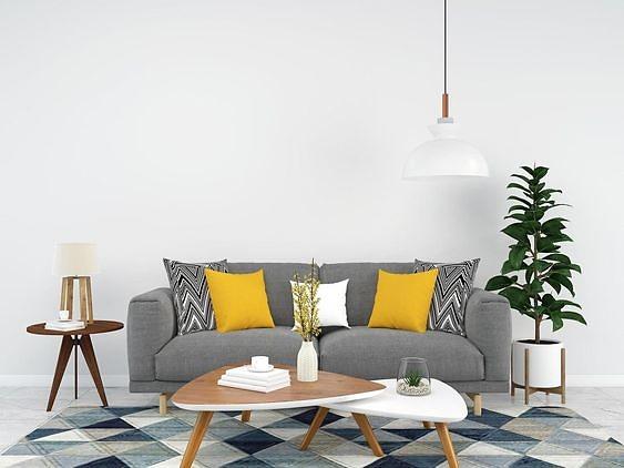Conversando entre amigos en un sofá gris y cojin mostaza