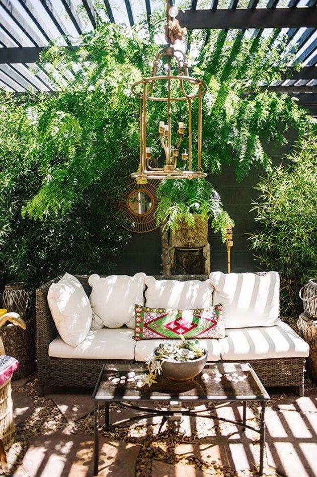 decorar patios pequeños sin césped con muebles