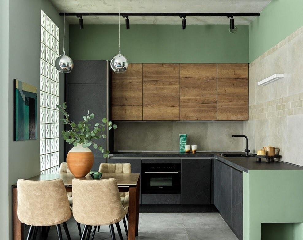 Decorando con aroma a eucalipto en la mesa de la cocina
