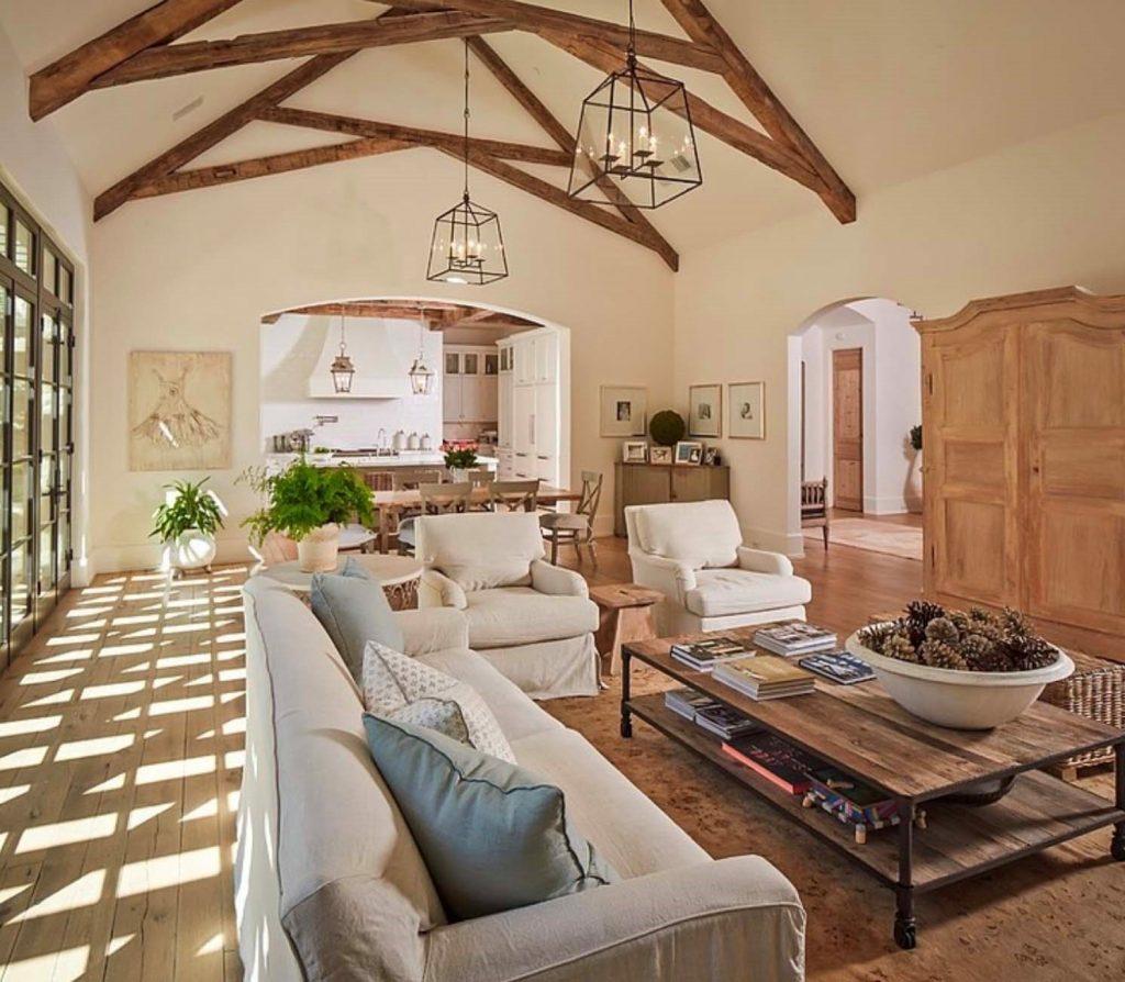 Un salón campechano cordial y placentero con vigas de madera