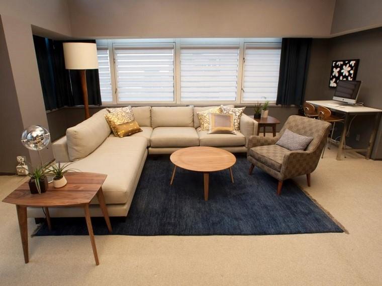 Práctico y funcional sofá beige en el salón