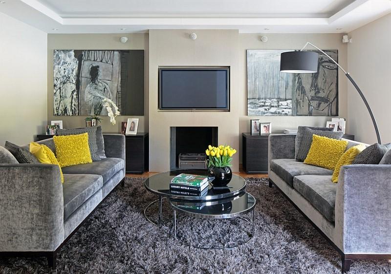 Dos sofás grises con cojin mostazason mejor que uno