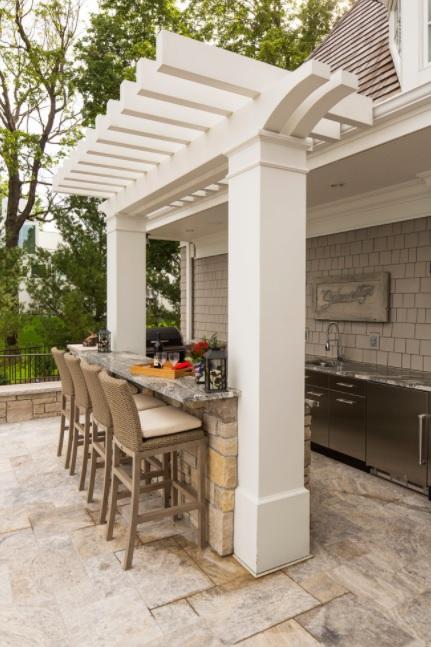 Un patio grande con cocina incorporada