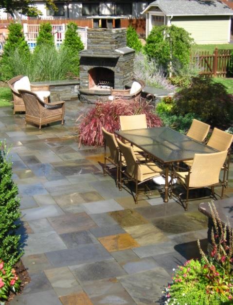 Un patio grande con comedor incorporado