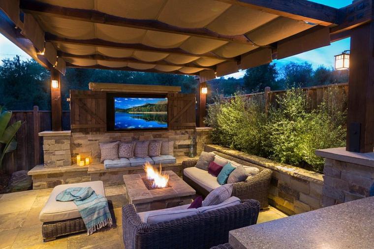 patio grande convertido en cine a la fresca