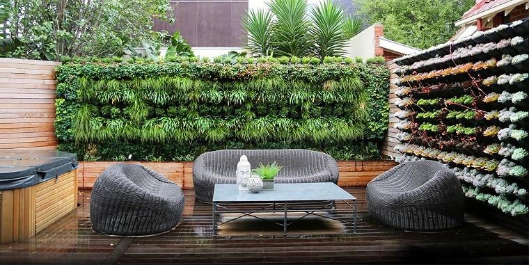 Un patio grande lleno de frescura con jardines verticales