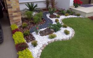 Jardines pequeños y sencillos con piedras