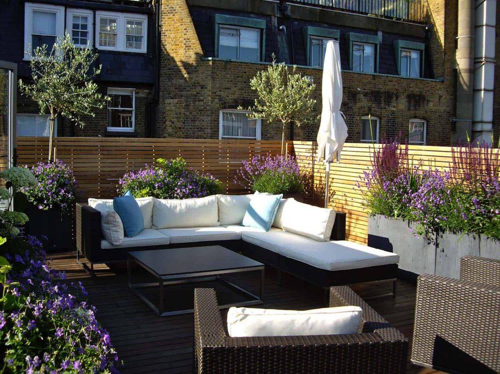 Las plantas y flores siempre visten una buena terraza