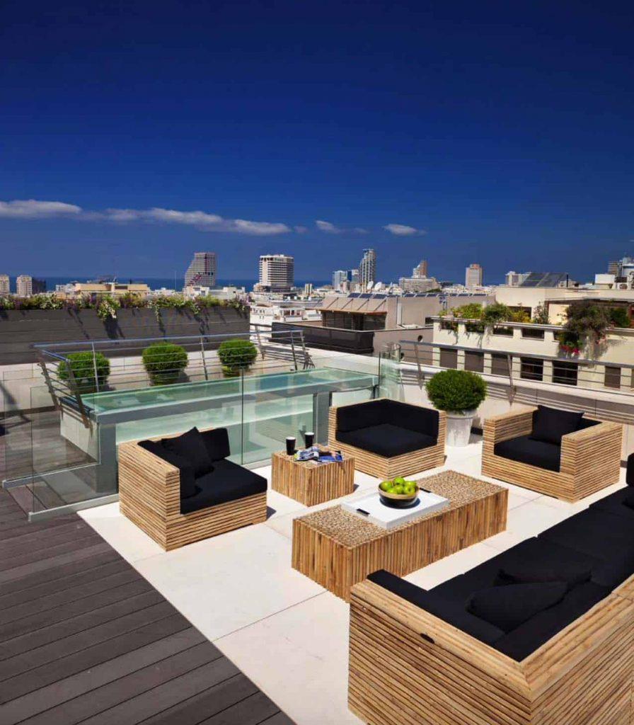 Muebles con madera para una terraza de ático bonita