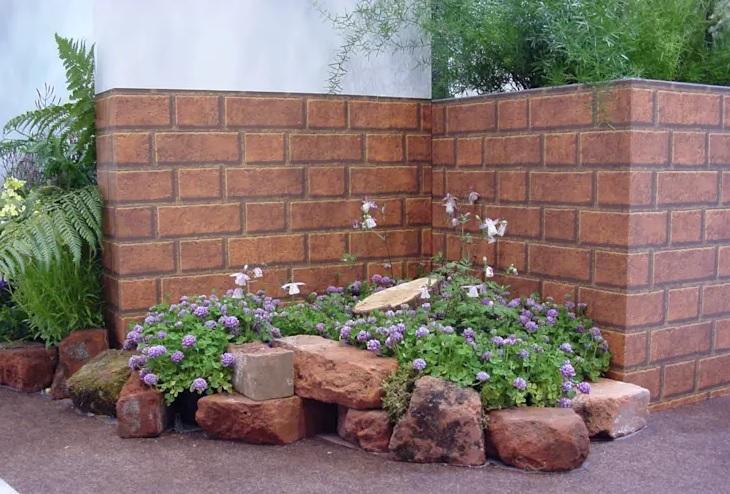 Un enfoque rústico y moderno para un jardin pequeño