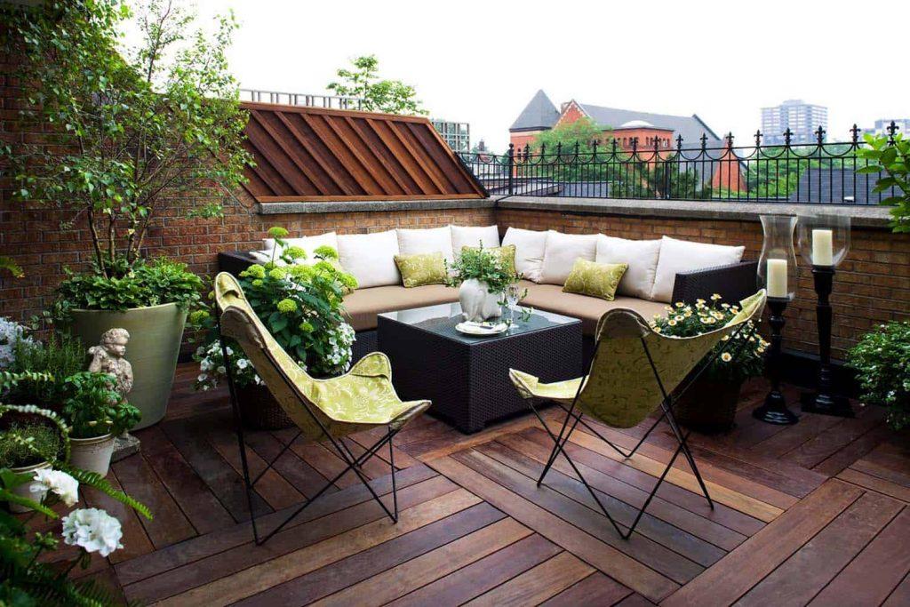 Un sofá esquinero para añadir confort a la terraza del ático