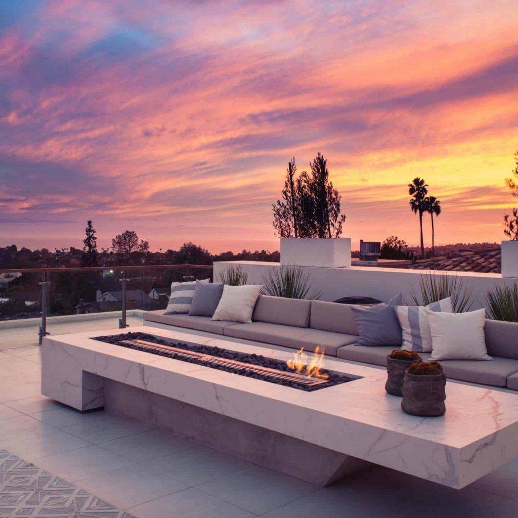 Usa asientos integrados para la terraza del ático