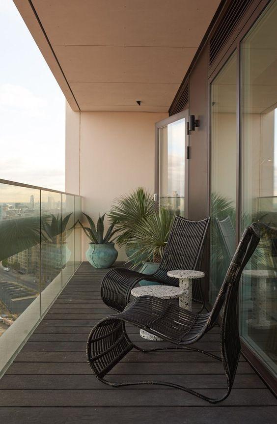 Un balcón moderno con mucha frescura y una decoración sobria