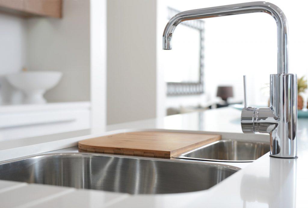 añade una tapa al fregadero como mueble para cocinas pequeñas