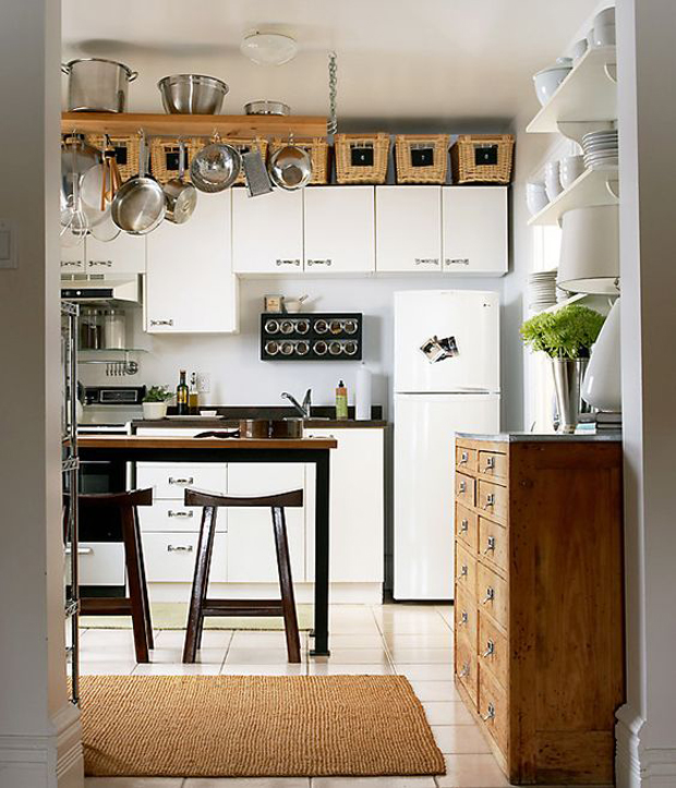 aprovecha el techo para amueblar cocinas pequeñas