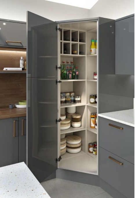 aprovecha la esquina de la cocina para guardar cosas