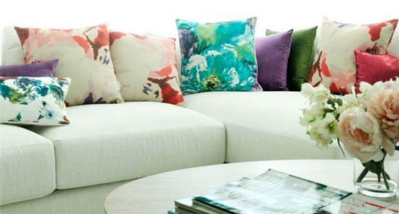 Estampados veraniegos en los cojines para sofás blancos