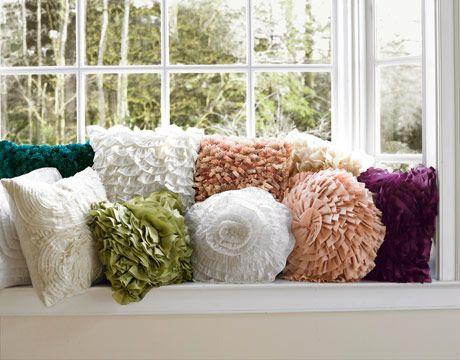 Añade texturas a los sofás blancos con cojines variados