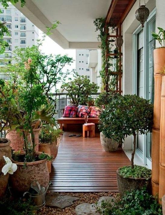 Un jardín completo en el balcón grande
