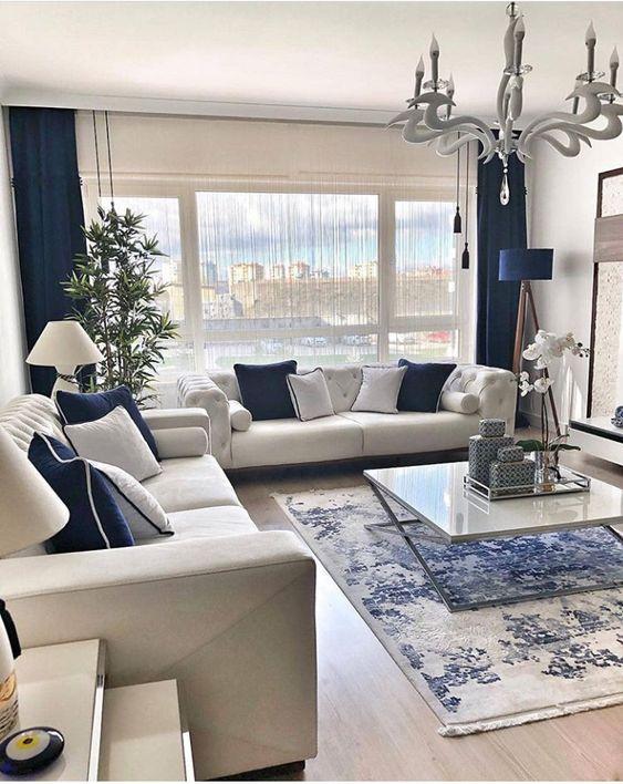 Cojines en Azul Océano par aun sofá blanco con tonos playeros