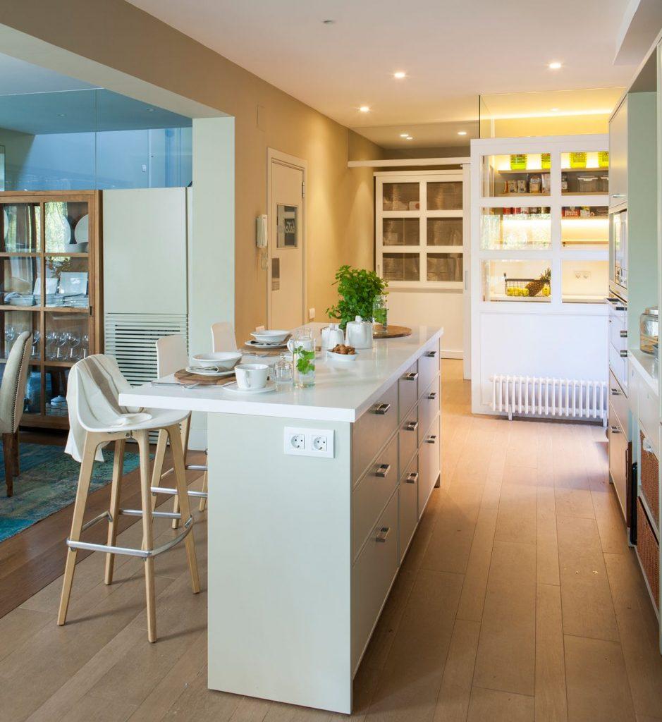 cocina con isla estrecha para amueblar cocinas pequeñas