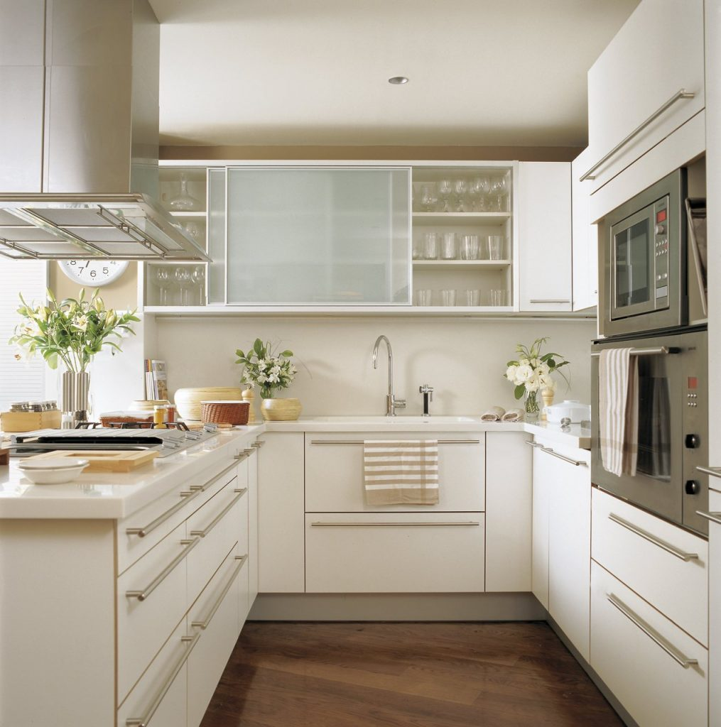 cocina pequeña amueblada de forma minimalista