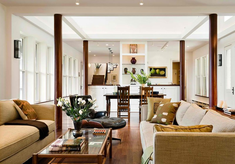 columnas redondas color madera para un salon