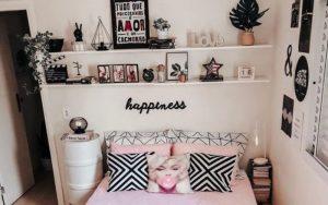 cuarto con fotos en la pared