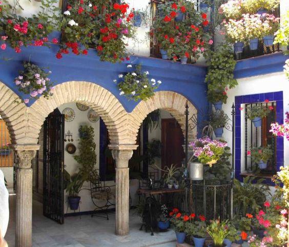 Muchas flores y abundancia de colores en patios españoles