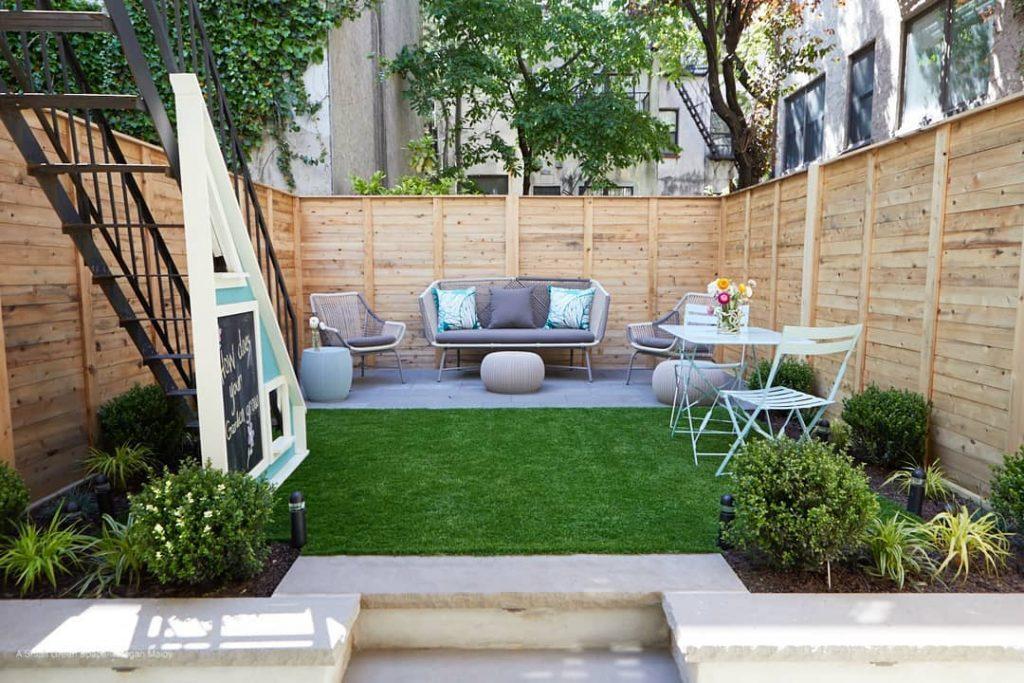 Áreas verdes y un pequeño jardín integrado en el patio