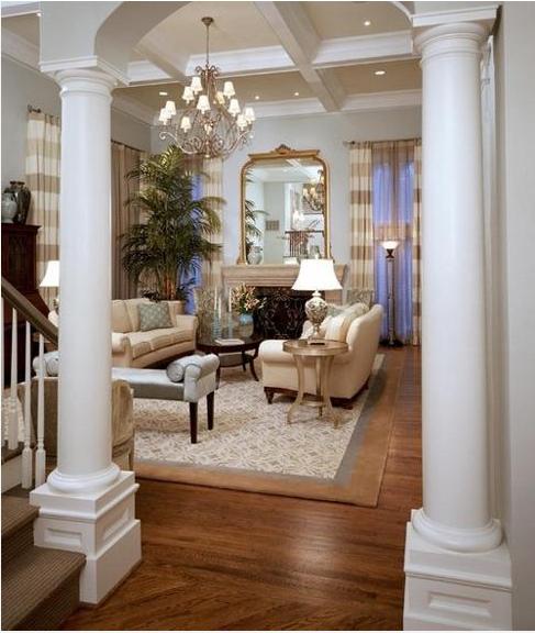 entrada al salón con columnas redondas