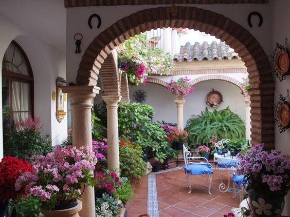 Un patio español rodeado de columnas