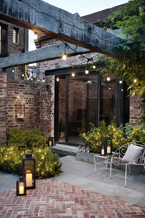La iluminación es esencial para agrandar jardines pequeños
