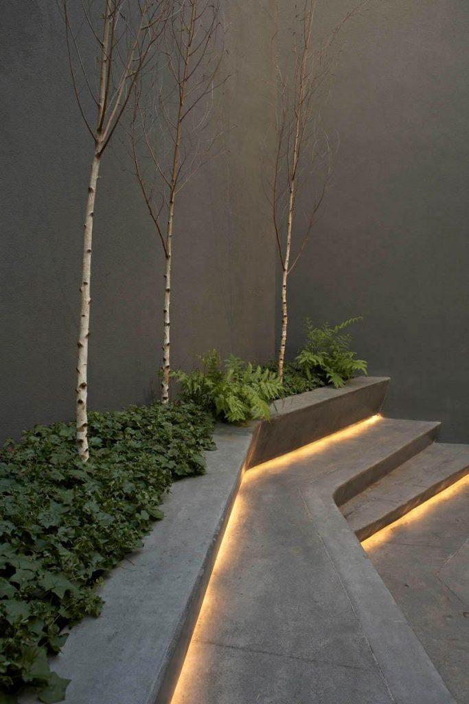 Una iluminación original para guiar en tu patio grande