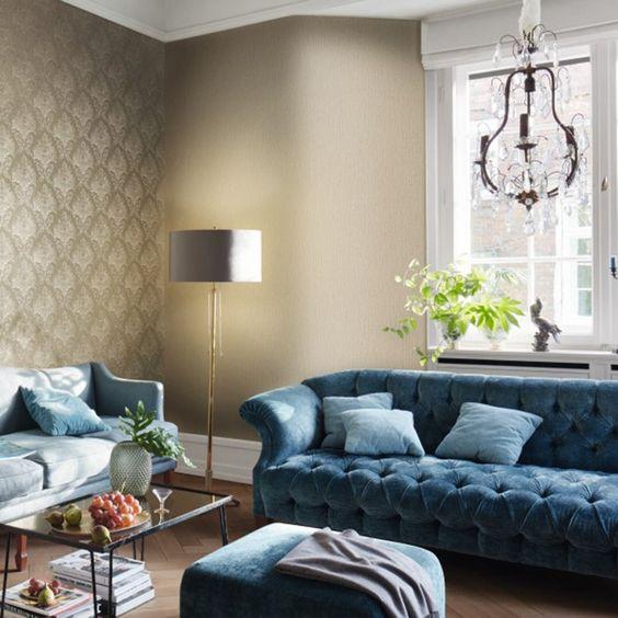 Textura suaves en un mismo tono combinando papel pintado y pintura para el salón