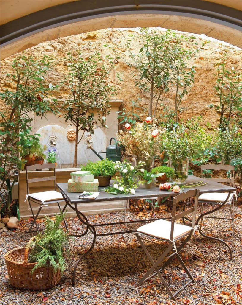 Patio muy pequeño con decoración rústica y campestre