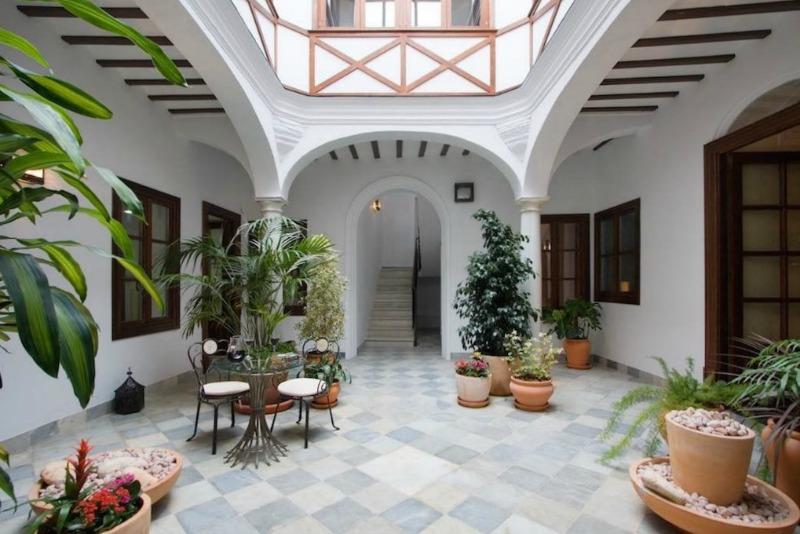 Un espacio de reunión y para la comida también en un patio español