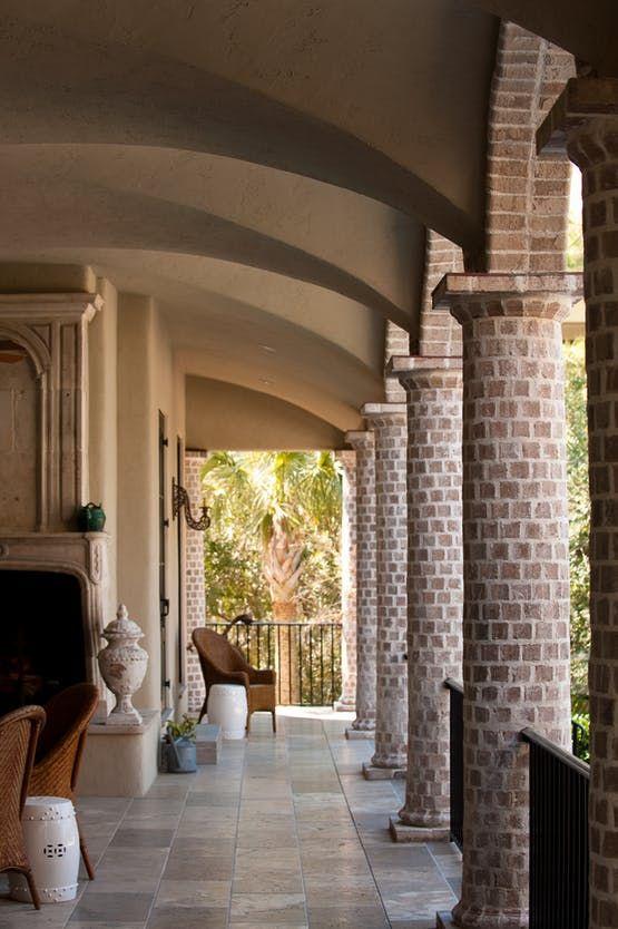 salon con columnas redondas forradas en piedra