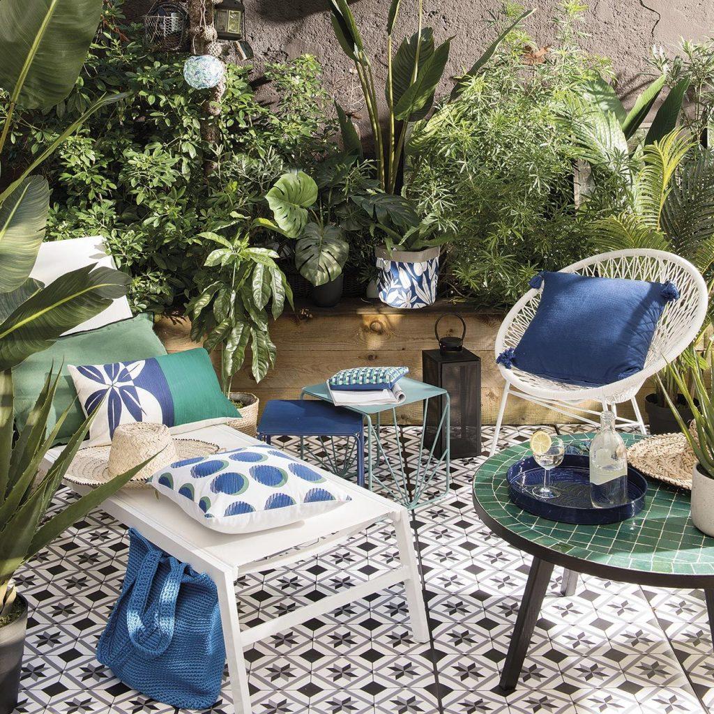 Decoración con muebles y mesas pequeñas para jardines