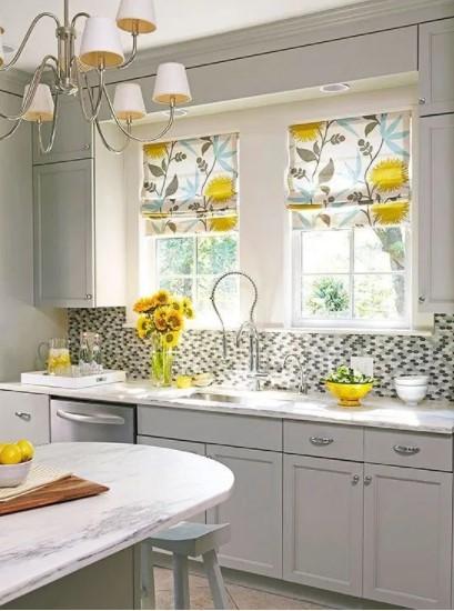 Cortina de cocina decorada con girasoles