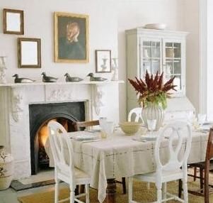 Salón comedor blanco acogedor con chimenea