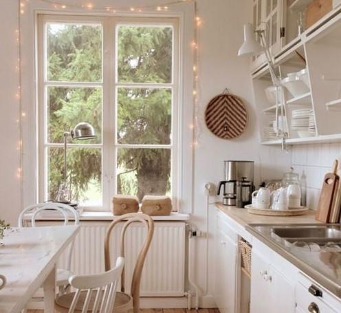 Decoración de ventana de cocina con luces