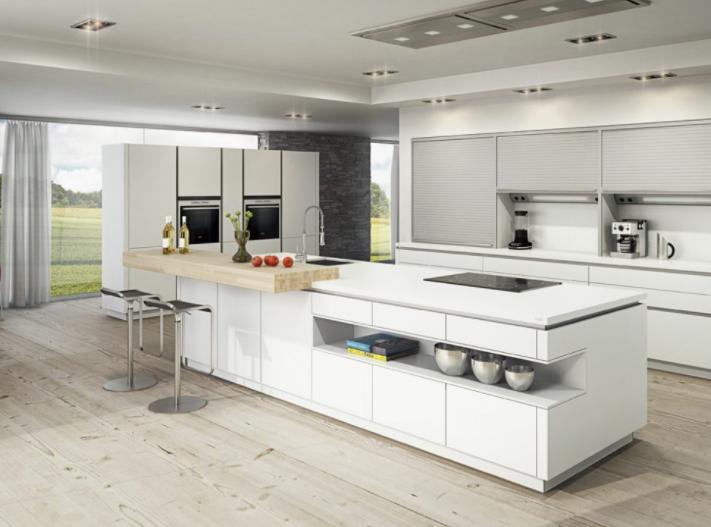Cocina grande minimalista amueblada en blanco y madera