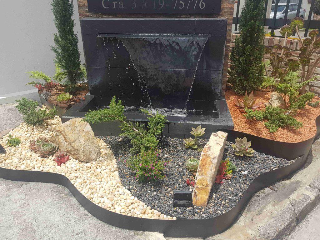 Un jardín con diferentes piedras de río