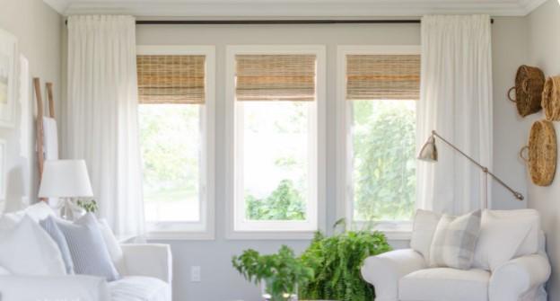 Salón nórdico con cortina de bambú