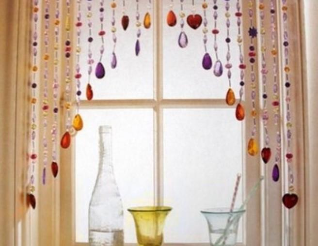Ventana de cocina decorada con gemas