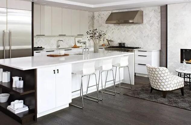 Cocina amueblada en blanco con suelo oscuro
